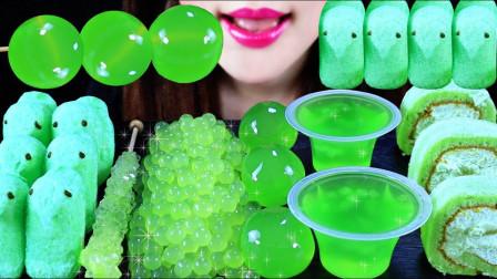 适合夏天吃的小零食,碧绿的果冻美味又养眼,看起来倍感清凉