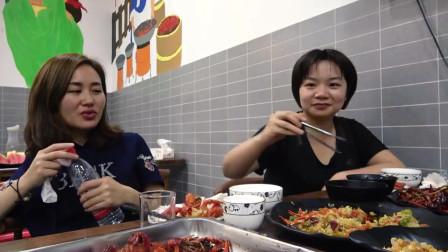 超小厨做东吃小龙虾,香辣蒜蓉十三香堆一桌,俩胖子贼能吃。