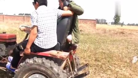 农村三小伙买个二手拖拉机,准备合伙下去播种玉米!