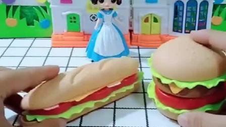 白雪给小贝尔做汉堡吃,看上去就很好吃,白雪真棒