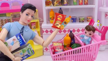 芭比剧场:爸爸带小宝宝逛超市买尿不湿,还买了一大堆零食