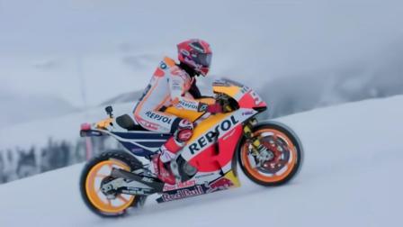 MotoGP冠军骑着摩托,在世界杯滑雪赛道上进行冰雪比赛,太酷了