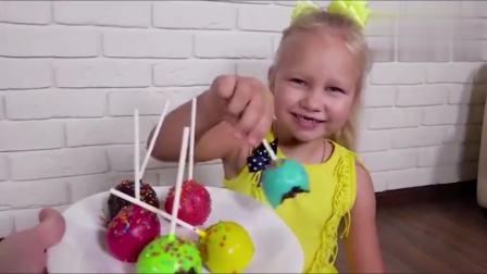 国外少儿时尚,外国小萝莉用彩色的棒棒糖蛋糕学习颜色!真有趣呀