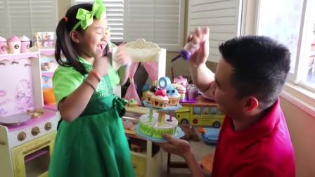国外少儿时尚,萌宝在制作生日蛋糕给家人食用,玩的真开心