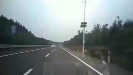 男子疲劳驾驶,在高速上空翻转360度,吓得我魂都丢了幸好离得远