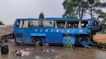 广西南宁一大客车与重型半挂车相撞 造成5人死亡5人受伤
