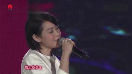 刘若英台上演唱《爱的代价》,台下万名观众跟唱,场面火爆!