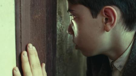 母亲央求领导办事,关上门后,孩子透过窗户看到了人性的丑恶!
