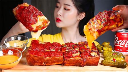 """韩国ASMR吃播:""""底特律风味芝士泡菜辣酱披萨+腌黄瓜"""",听这咀嚼音,吃货欧尼吃得真馋人"""