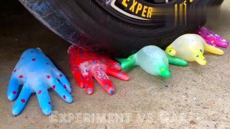 牛人把彩色橡胶手套放在车轮下面,好过瘾啊,勿模仿!