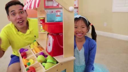 萌娃小可爱化身为小卖家,琳琅满目的蔬果,萌娃:谢谢光临
