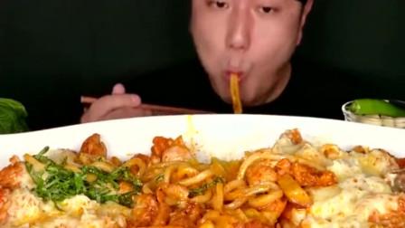 美食吃播:大胃王小哥哥吃芝士面条配炖鸡肉,吃得津津有味!
