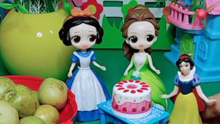 小白雪的生日到了,贝尔给小白雪送来了生日蛋糕,小白雪非常感谢贝尔阿姨哦!
