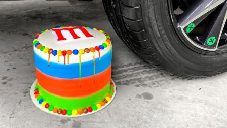减压实验:牛人把水宝宝、蛋糕、火龙果放在车轮下,好减压,勿模仿