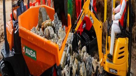 工程车玩具表演:翻斗车运输小石子,压路机压平道路!