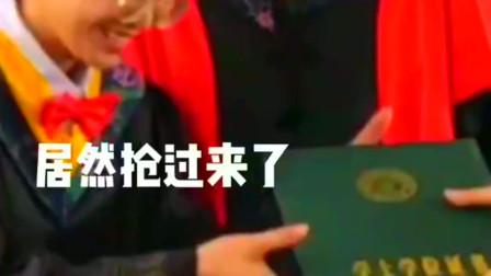 广西大学最搞笑小姐姐,给院长颁了个证书,院长这届学生不按套路出牌