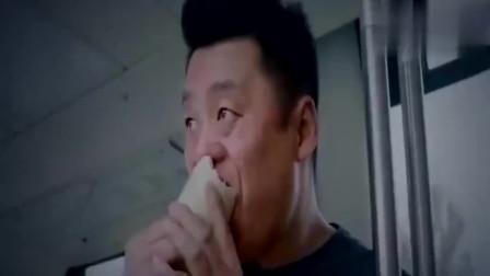 公交上,一对情侣在吃苹果,嘴馋的宋晓峰从包里拿出一根萝卜,尴尬了