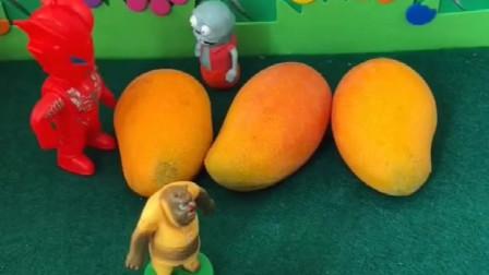 巨人僵尸在卖芒果,让孩子看着地摊,结果小鬼把芒果送给奥特曼了