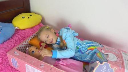 国外儿童时尚,外国小女孩酷爱芭比娃娃玩具连睡觉在一起,超开心