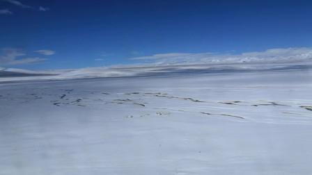 雪花洁白,草地辽阔,天空蔚蓝,白云纯净的高原风景,西部地区的7-10月是不可错过的最佳旅行地