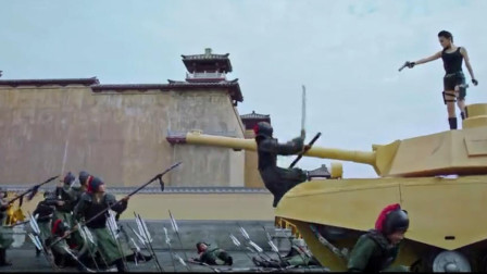火辣女特工穿越古代,开坦克冲入皇宫,帮太子夺取皇位!奇幻片