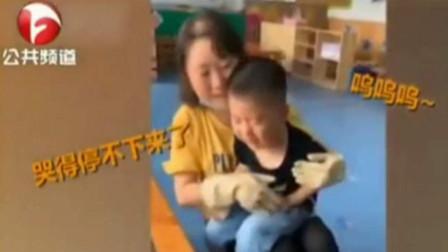 幼儿园老师帮忙画画,怎料小男孩却崩溃大哭,原因:把妈妈画得太丑了