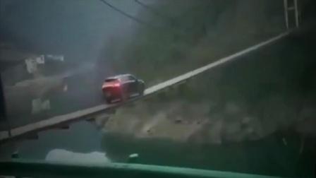 女司机开车过吊桥,这驾照一看就是自己亲手考过的!