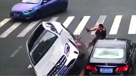 眼看奔驰豪车撞了过来,男子一脚将奔驰踹翻!