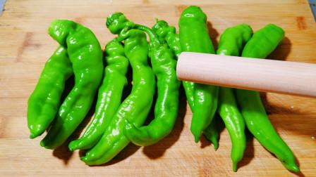 青椒超好吃的做法,擀面杖一敲,教你做虎皮青椒,香辣过瘾又下饭