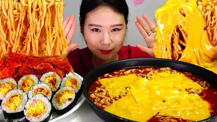 """韩国ASMR吃播:""""3桶新核火鸡面+芝士片+紫菜包饭+辣白菜"""",听这咀嚼音,吃货卡妹吃得真馋人"""