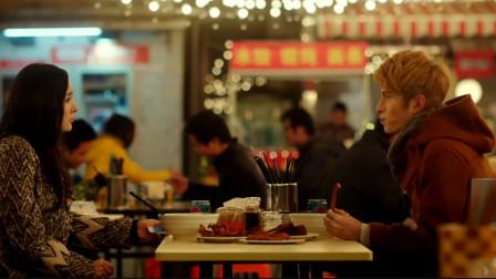 大明星也喜欢去小店铺,吃面和炸鸡吃得真香,满嘴流油