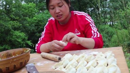 胖妹做的韭菜馅饺子,鲜嫩多汁,比红烧肉还解馋