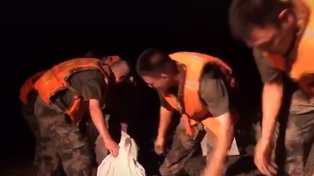 5小时,每人300袋!官兵夜战鄱阳湖火速抢险 装填6400袋砂石料令人心疼
