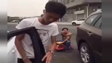 许华升跟路人抢占车位, 下一秒场面尴尬了