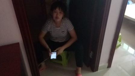 周玉雯坐在黑暗的地方玩手机