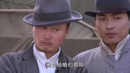 箭在弦上:日本人让美女给拍照,没想到对着他们的是枪,全死光
