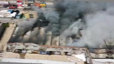 今早长沙湾田国际一仓库起火,截止下午15时30分,火灾现场还不时冒出浓烟,消防队员正在紧张当中