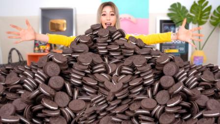 美女用1000块饼干,制作世界上最大的奥利奥,一口下去太美味了!