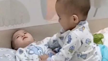 前一秒哥哥还与弟弟打架,下一秒两人做出的反应,妈妈笑到肚子疼