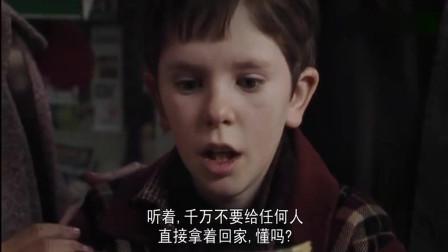 小男孩拆开巧克力,没想到竟找到了最后一张金奖券众人都出钱买