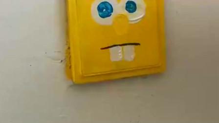 小姐姐,在电源上画一个海绵宝宝,小朋友肯定很喜欢这样的老师