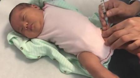 宝宝在睡觉时,突然被医生扎了一针,接下来的一幕真是让人心疼啊