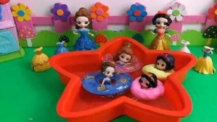 白雪居然用粘土给女儿做游泳圈!