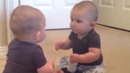 宝宝第一次照镜子,看到一模一样的自己,接下来的一幕把家人笑翻
