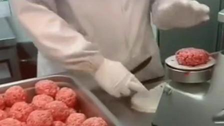 美国千层汉堡用的肉饼制作过程,销量好不是没道理的!