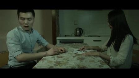 笔仙归来:男子正与妻子玩着笔仙游戏,突然丈夫的手机响了