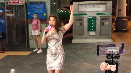 芯妮演唱这首《闯码头》,街头粉丝超捧场,瞬间挤满了人!