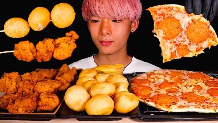 """韩国ASMR吃播:""""芝士球+马苏里拉芝士披萨+香辣炸鸡"""",听这咀嚼音,吃货小哥吃得真馋人"""