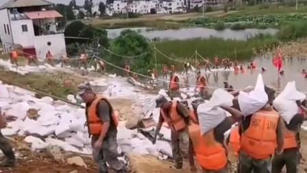 哪里有困难哪里就有他们,抗洪战士奋不顾身的救援,为中国军人加油!