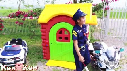 国外儿童时尚,小萝莉有两辆警车,开心坏啦